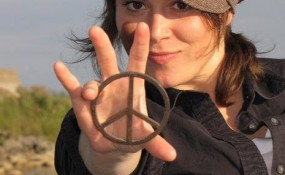 Jenikz holding a peace sign