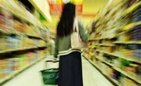 Artsy photo of overwhelmed shopper in supermarket aisle